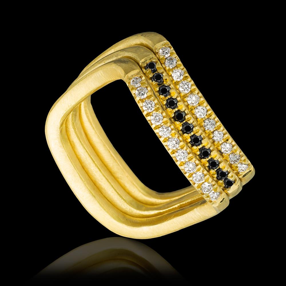 מקבץ טבעות בזהב צהוב 18K משובצות יהלומים שחורים ולבנים