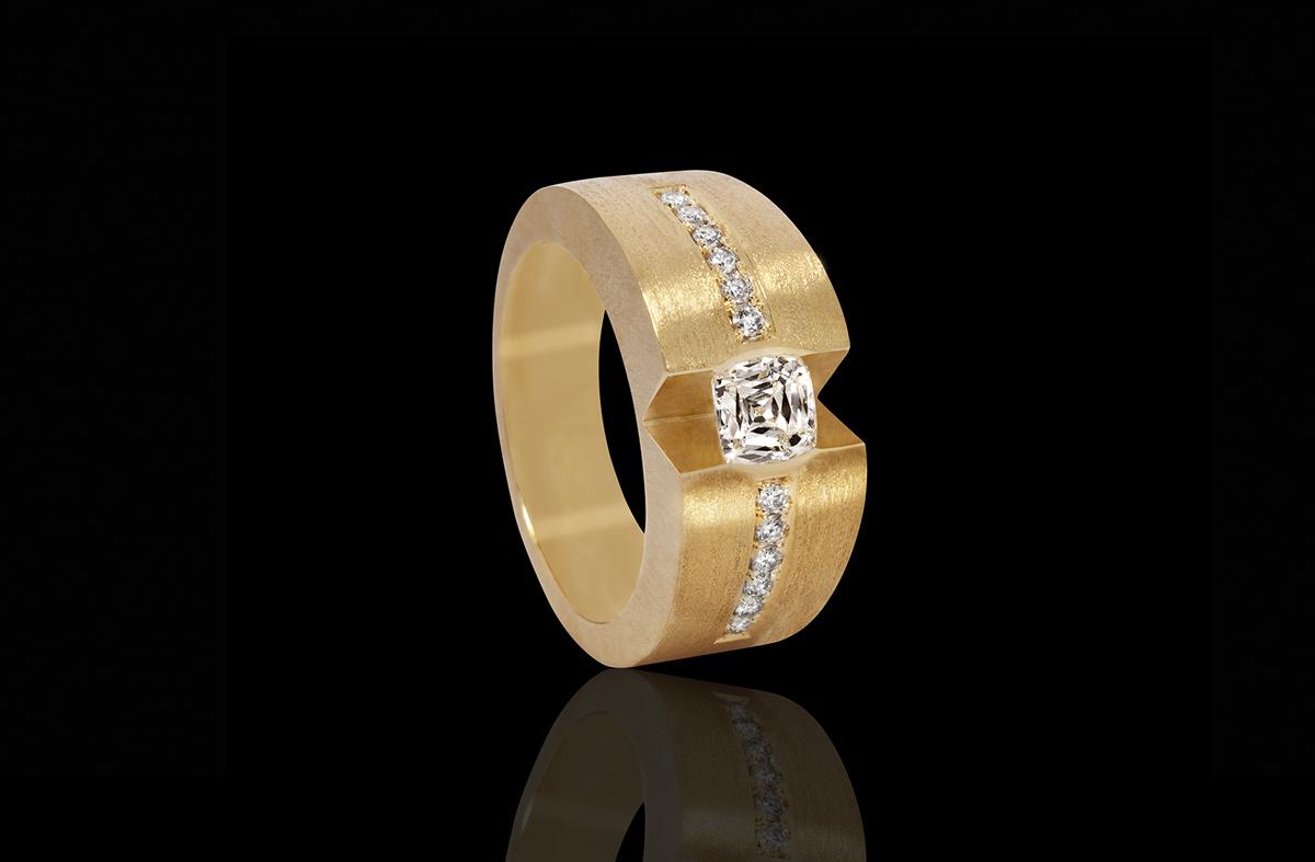טבעת אירוסין קלאסית בזהב צהוב 18K משובצת יהלום מרובע ומעוטרת ביהלומים סביב