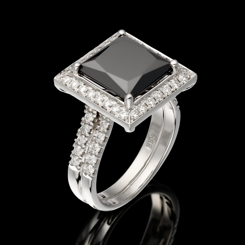 טבעת בזהב לבן 14K משובצת יהלום שחור ויהלומים לבנים