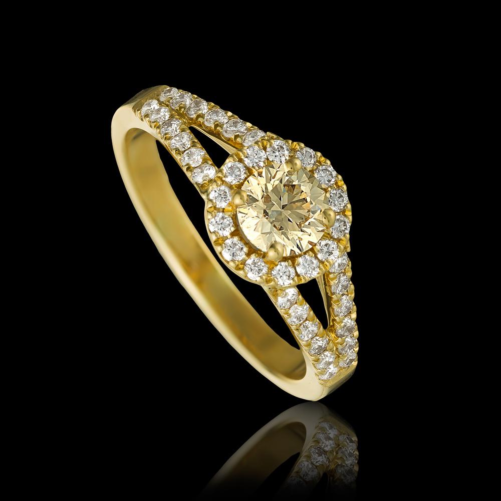 טבעת בזהב צהוב 18K משובצת יהלום מרכזי ויהלומים סביב