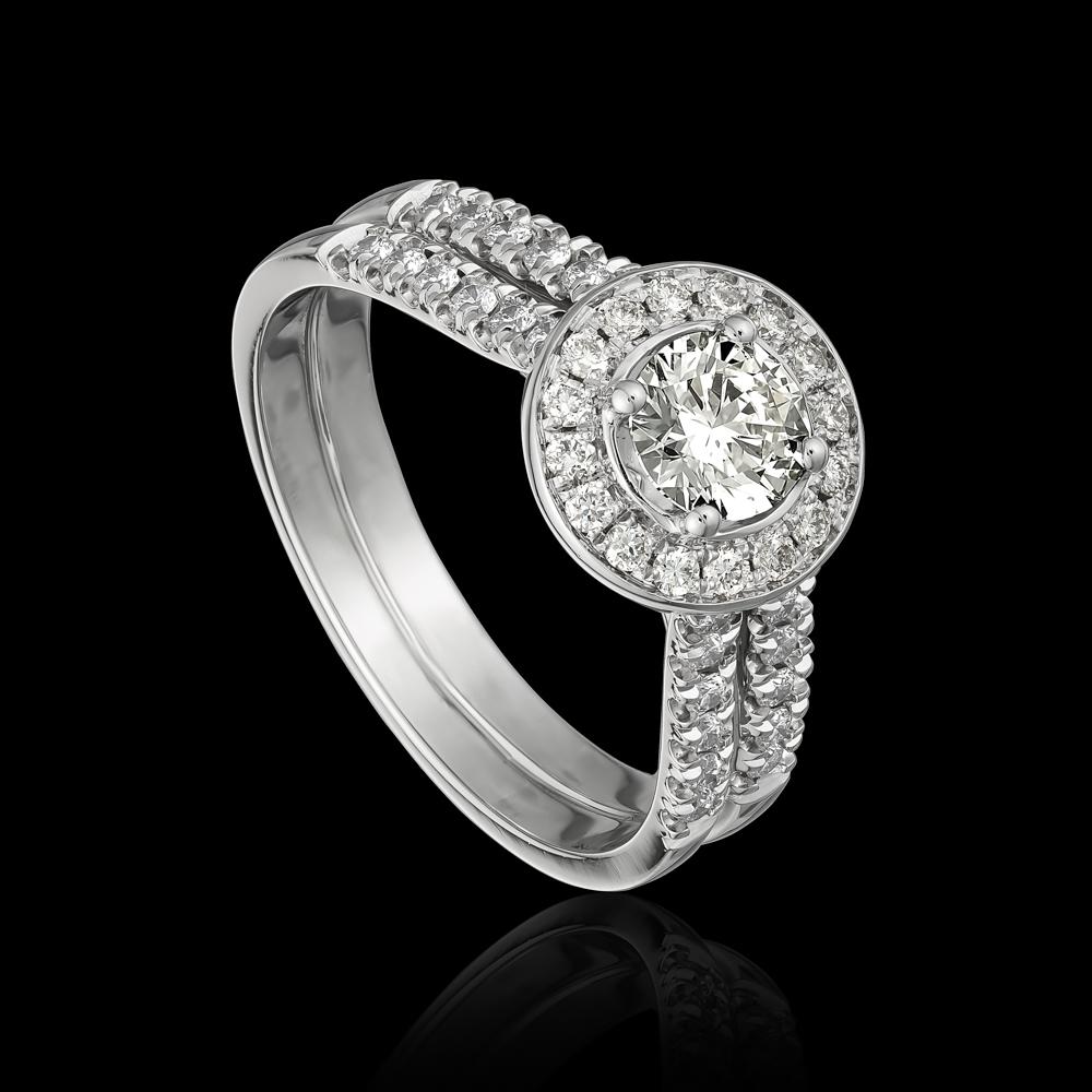 טבעת בזהב לבן K14 משובצת יהלום מרכזי ומעוטרת ביהלומים סביב