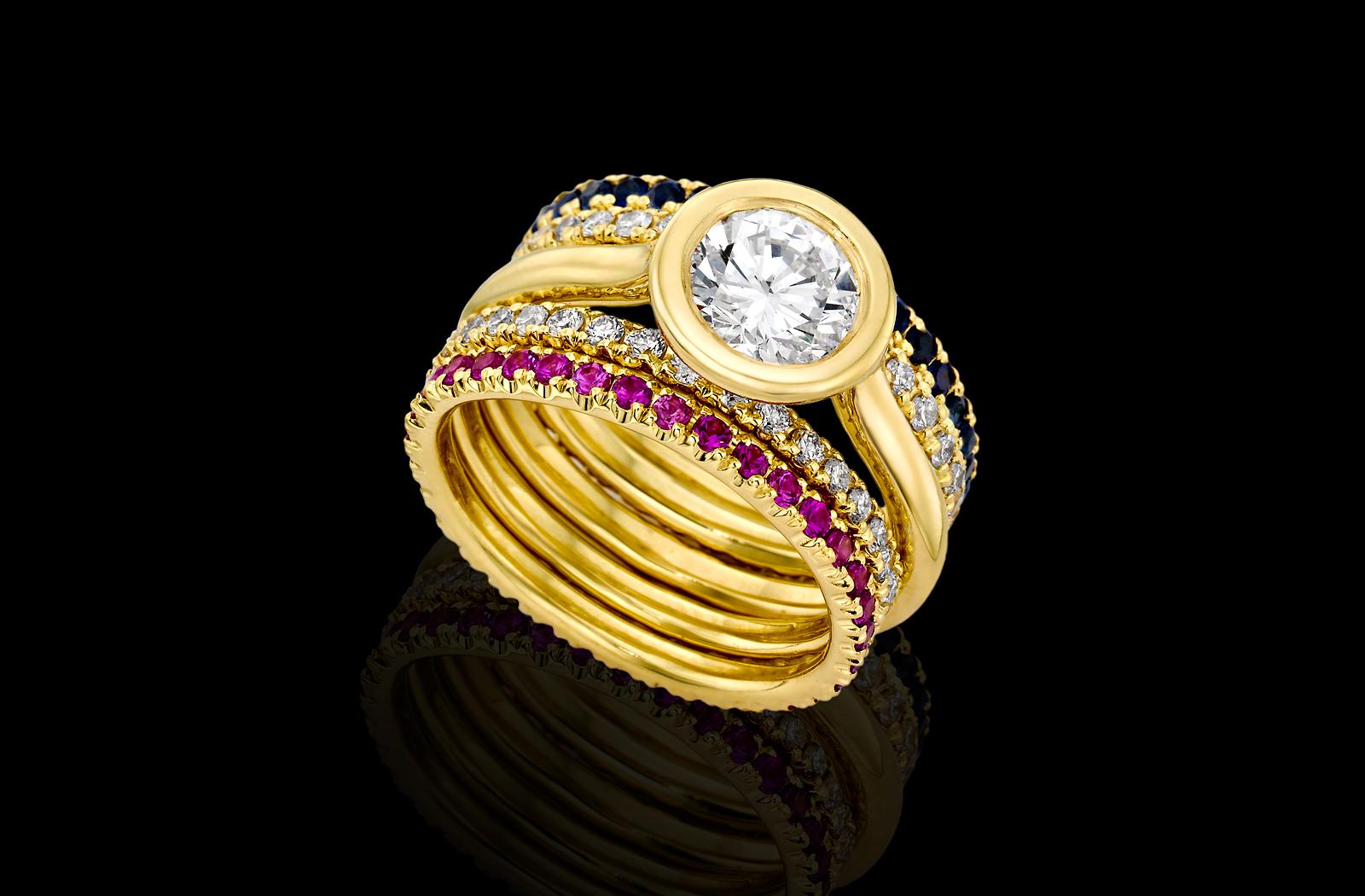 טבעת בזהב צהוב 18K משובצת יהלום, רובינים, ספירים כחולים