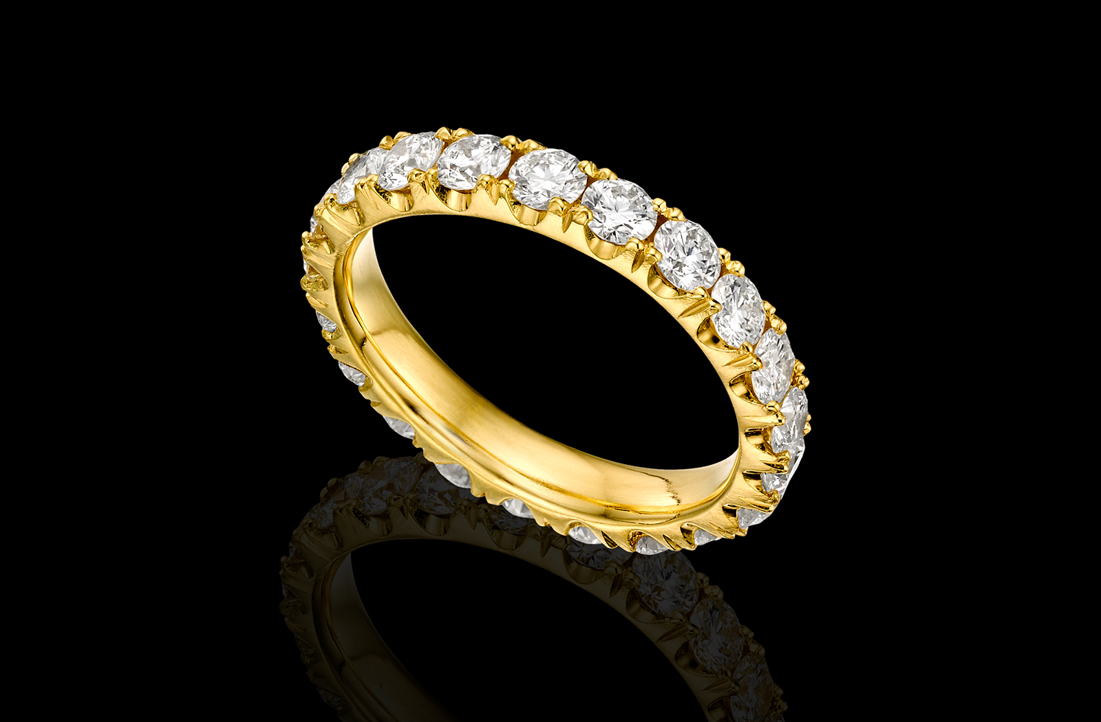 טבעת בזהב צהוב 18K משובצת ומעוטרת יהלומים סביב