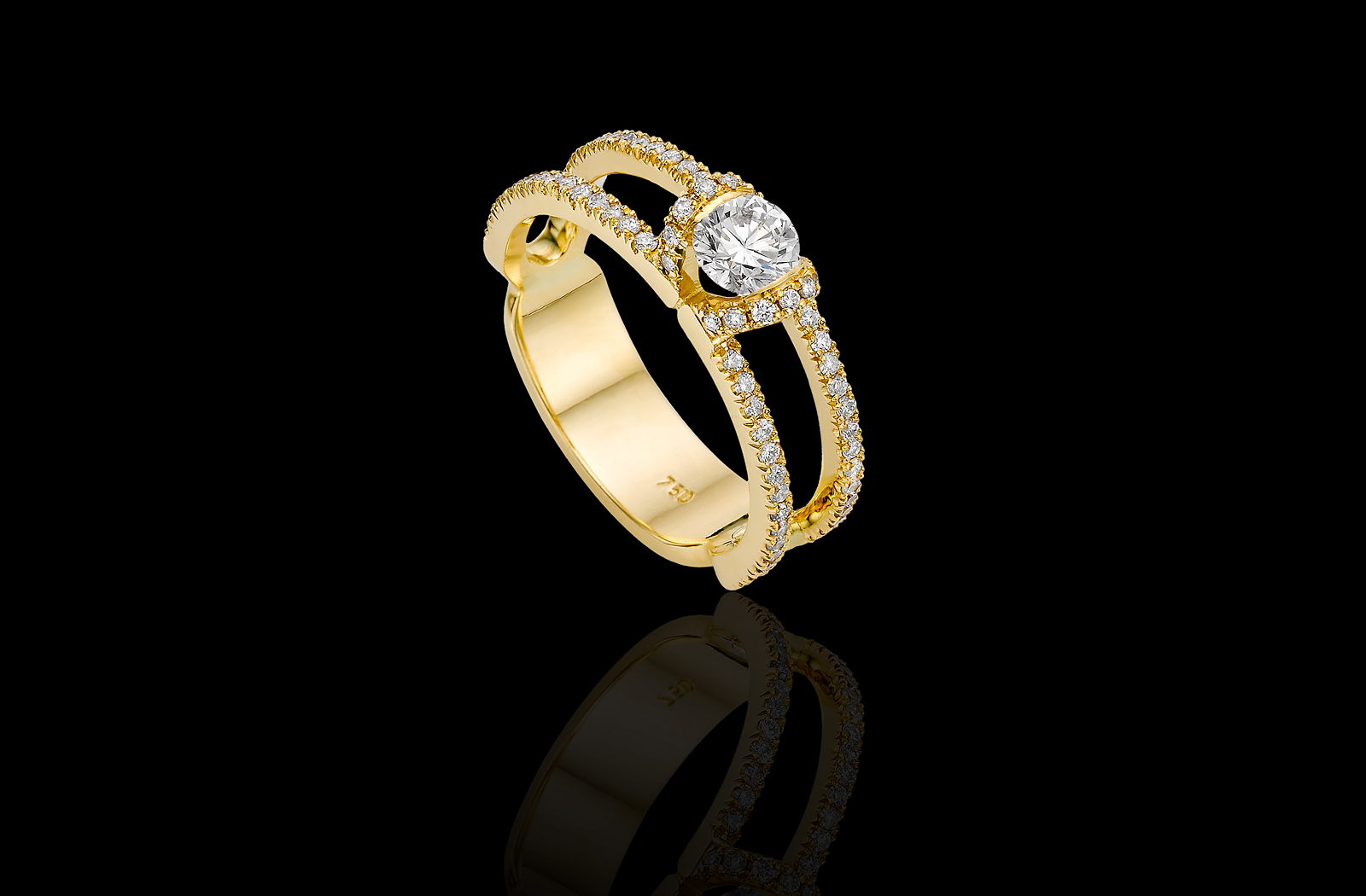 טבעת בזהב צהוב 18K משובצת יהלום מרכזי ומעוטרת יהלומים סביב