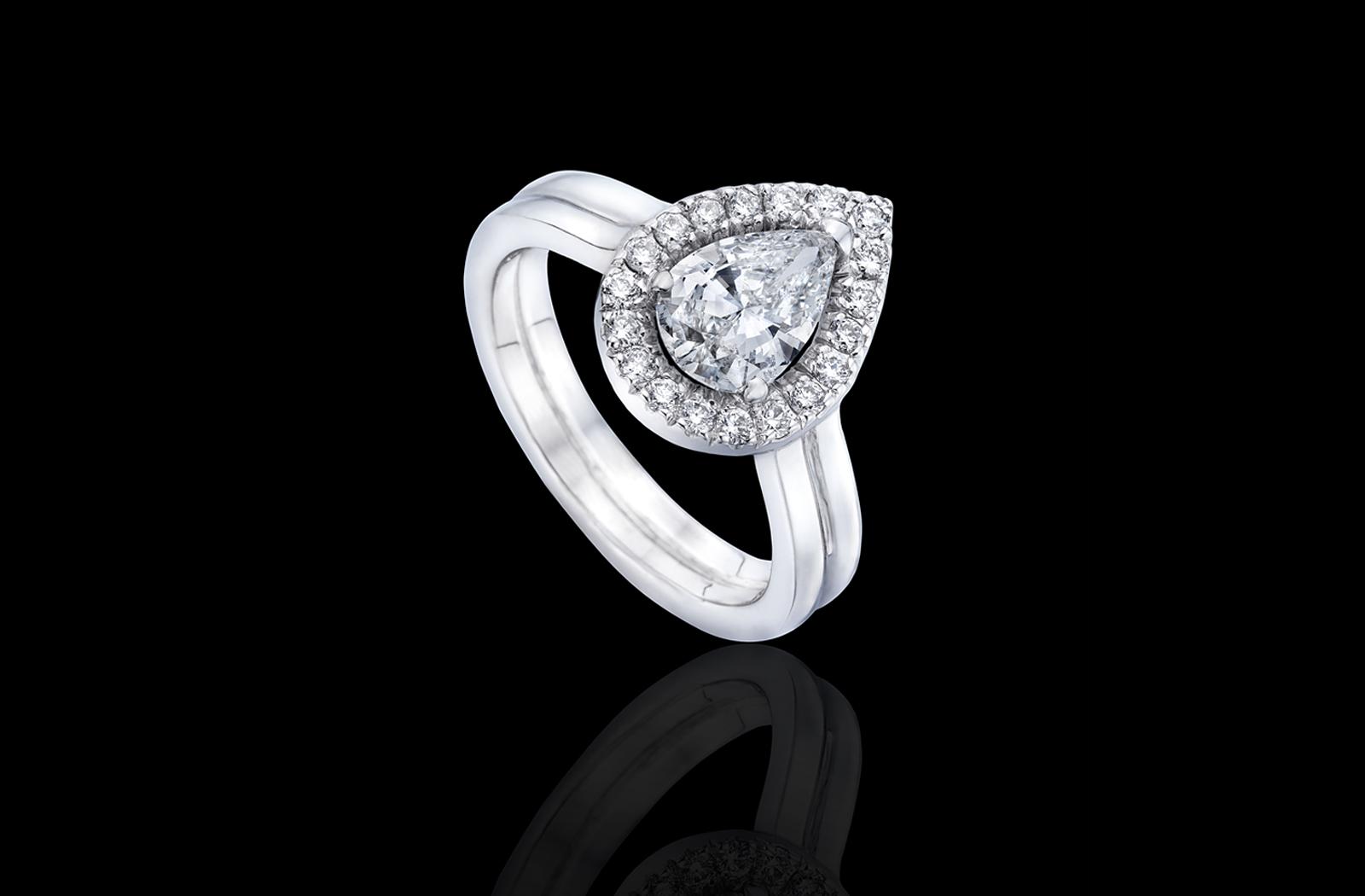 טבעת בזהב לבן 14K משובצת יהלום מרכזי ומעוטרת ביהלומים סביב