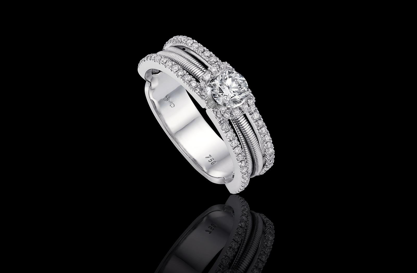 טבעת בזהב לבן 18K משובצת יהלום מרכזי ומעוטרת ביהלומים סביב