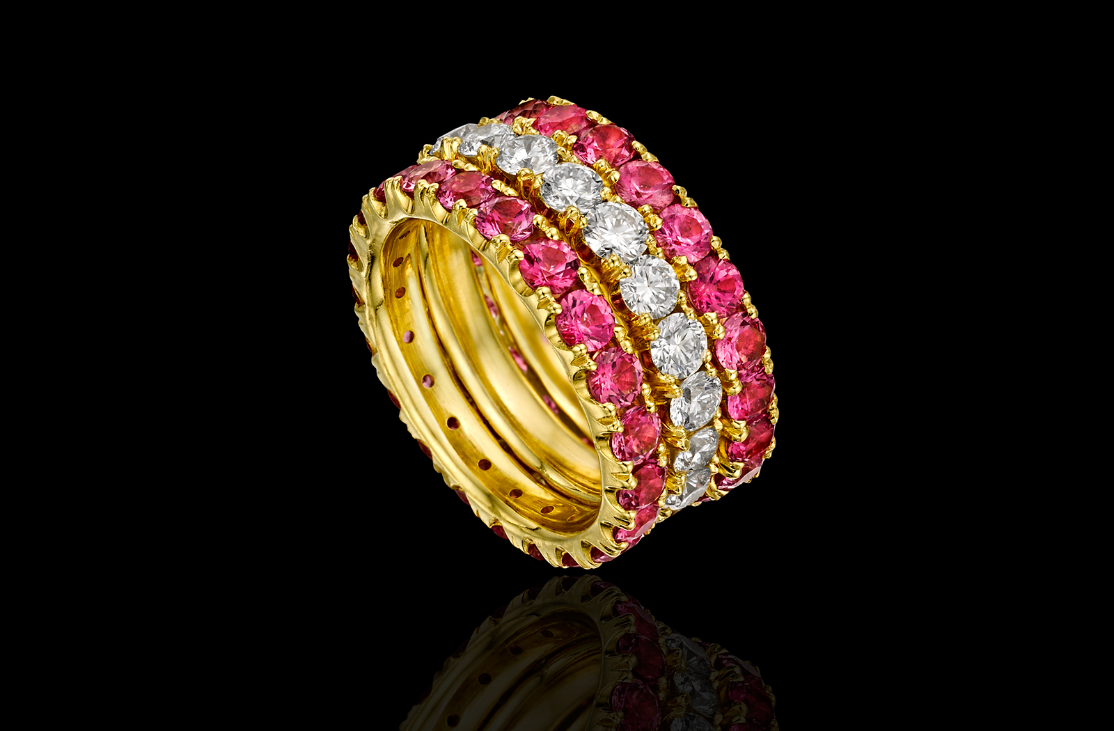 טבעת בזהב צהוב 18K משובצת יהלומים וספינל ורוד