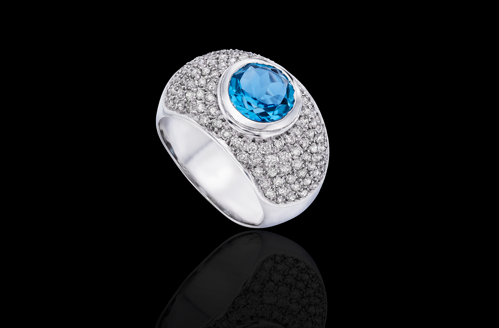 טבעת בזהב לבן 14K משובצת בלו טופז ויהלומים