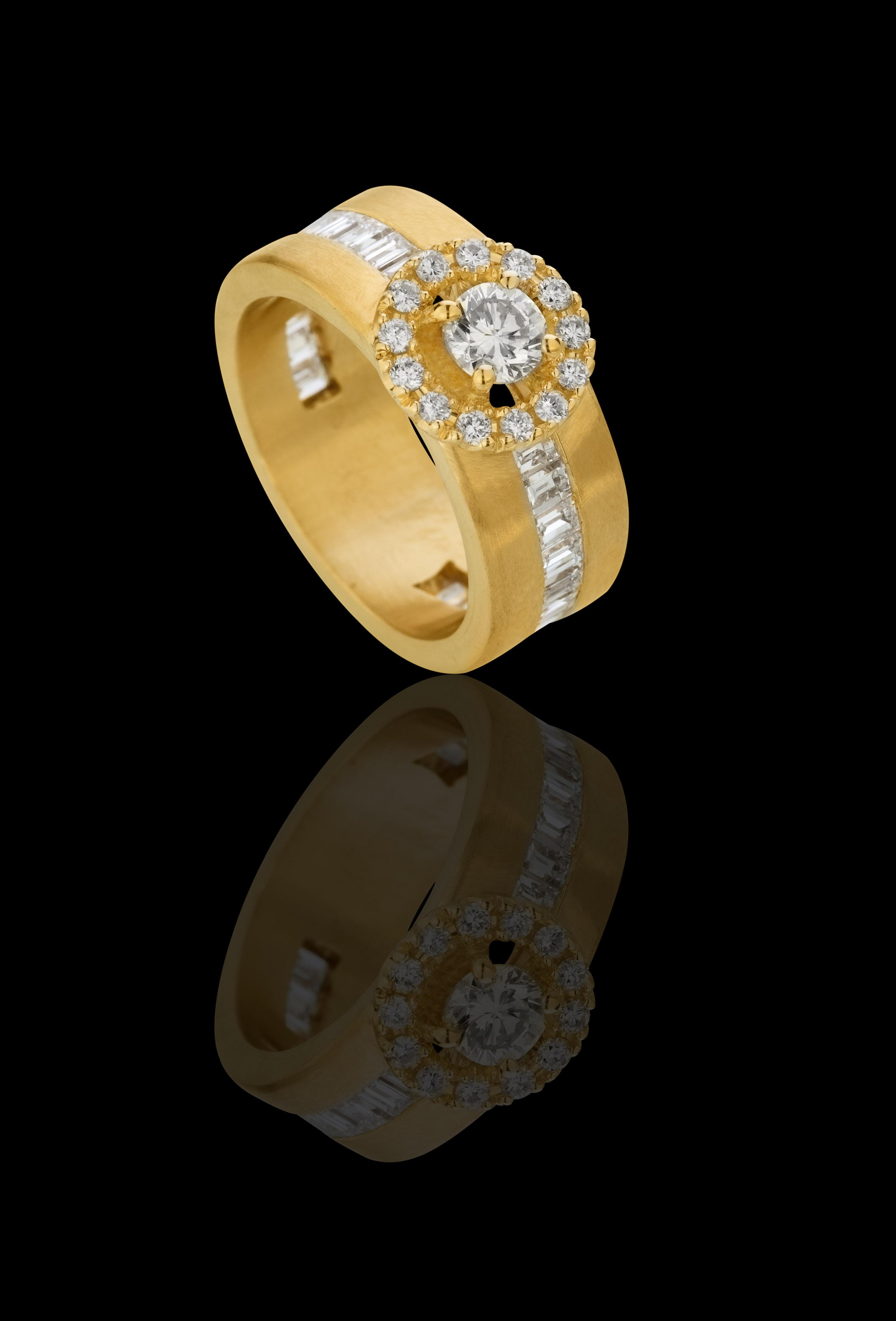 טבעת סוליטר בזהב צהוב 18K משובצת יהלום ויהלומים סביב