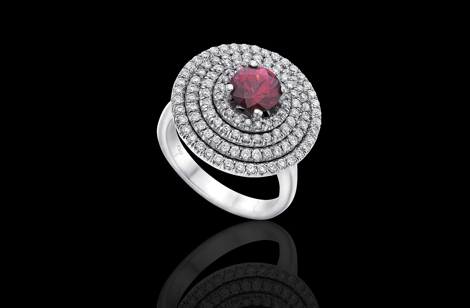 טבעת זהב לבן 18K משובצת רודולייט ויהלומים