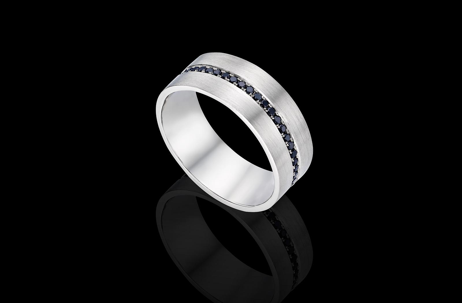 טבעת בזהב לבן 14K משובצת יהלומים שחורים