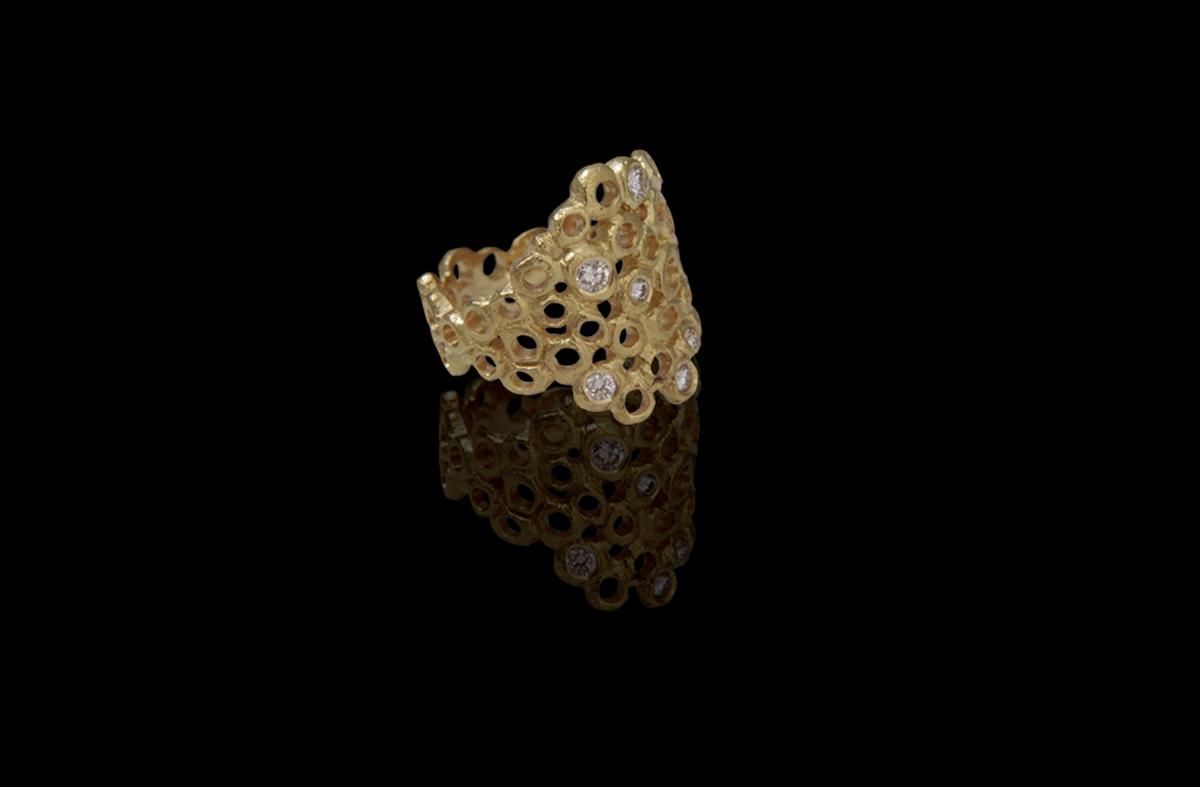 טבעת בזהב צהוב 18K משובצת יהלומים